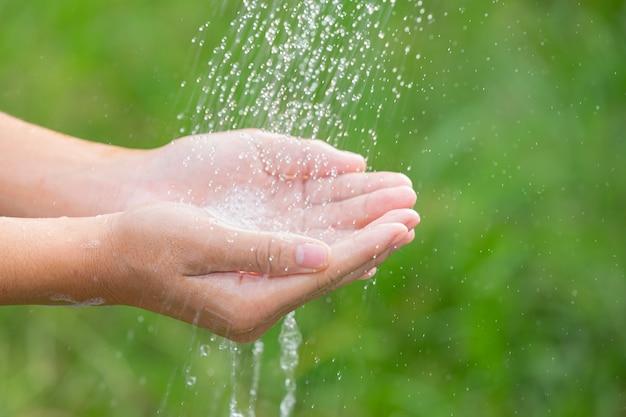 Lavar as mãos com sabonete para prevenir doenças Foto gratuita