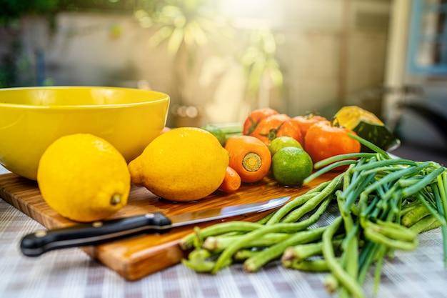 Lavar frutas e vegetais crus. Foto Premium