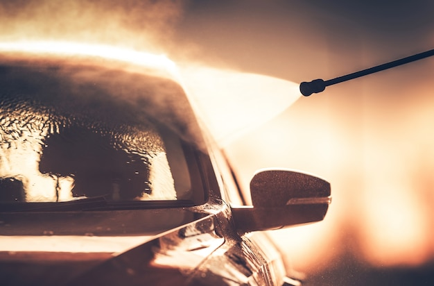 Lavar o veículo na lavagem de carros Foto gratuita
