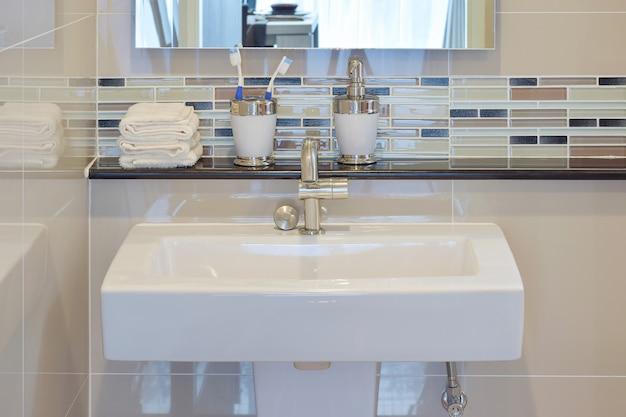 Lavatório e acessórios com parede de mosaico Foto Premium