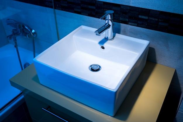 Lavatório moderno no pedestal no banheiro Foto Premium