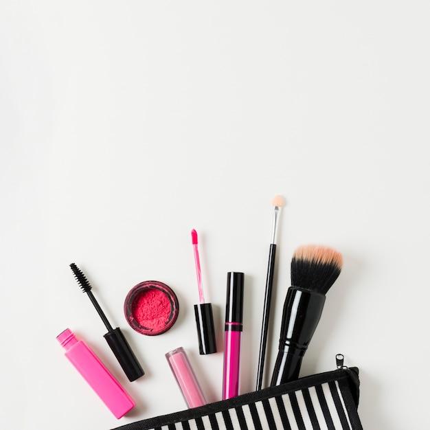 Lay out de caso de beleza aberto com cosméticos Foto gratuita