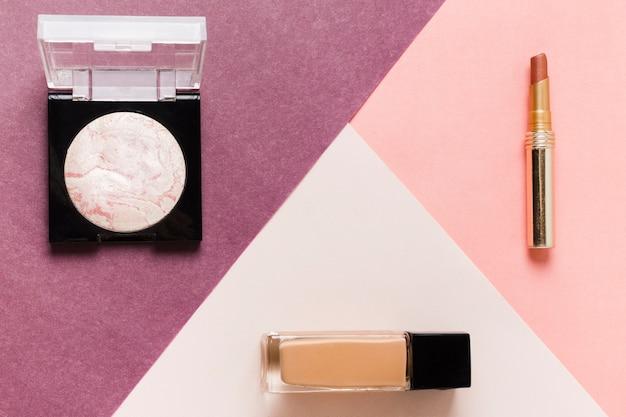 Lay out de maquiagem básica conjunto de cosméticos Foto gratuita