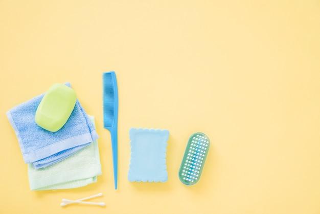 Lay out de suprimentos de banho para cuidados com o corpo Foto gratuita