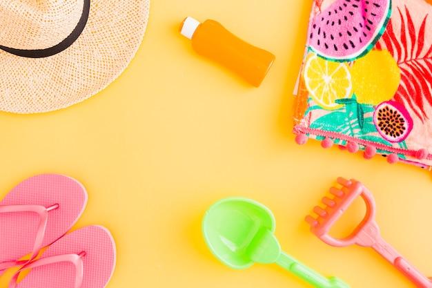 Layout de acessórios de praia e brinquedos para as crianças para o feriado tropical de verão Foto gratuita