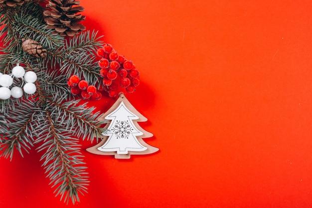 Layout de fundo de natal em fundo vermelho Foto gratuita