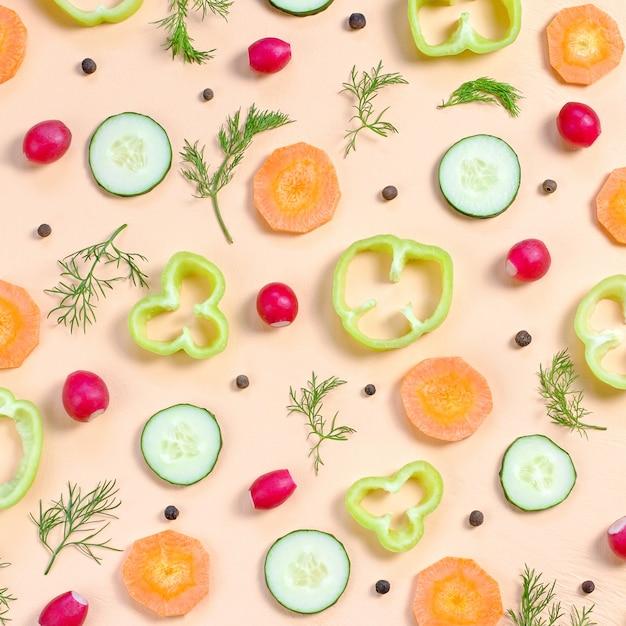 Layout de ingredientes da salada. padrão de comida com tomate cereja, cenoura, pepino, rabanete, verduras, pimenta e especiarias Foto Premium