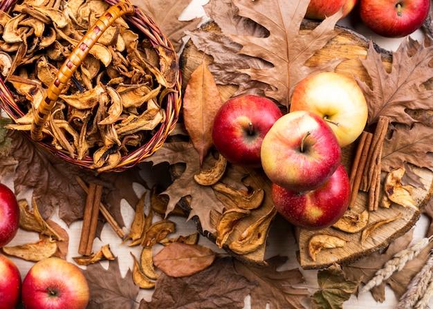 Layout de lindas maçãs em folhas secas Foto gratuita
