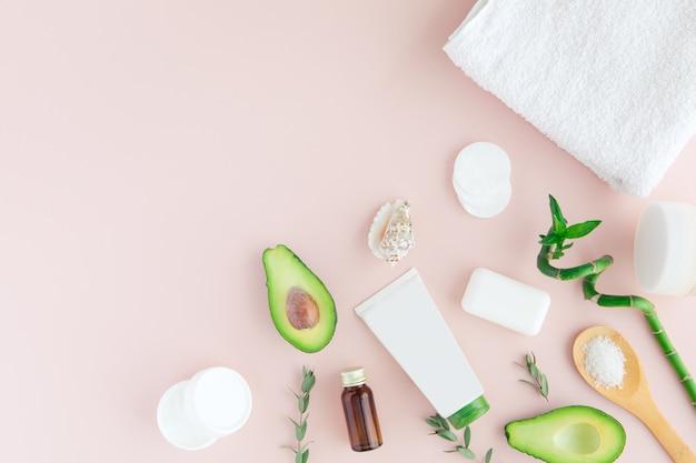 Layout do quadro verde branco rosa spa e bem-estar com toalha, bambu, folhas tropicais, abacate, garrafa de óleo, corpo e rosto cuidados ferramentas em pastel. Foto Premium