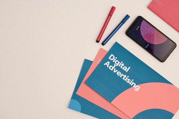 Layout plano de folhetos de publicidade digital rodeados por smartphone com diagrama financeiro em exibição Foto Premium