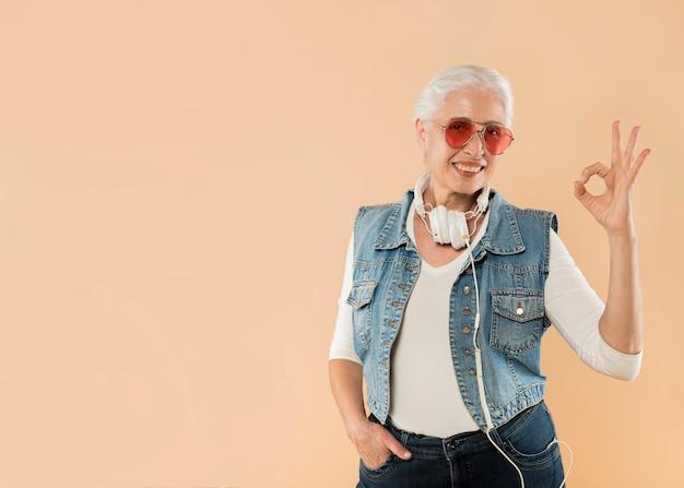 Legal, mulher sênior, com, óculos de sol Foto gratuita