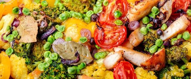 Legumes assados com peito de frango Foto Premium