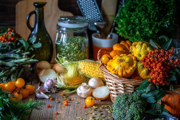 Legumes bio vegetal fresco em uma cesta. Foto gratuita