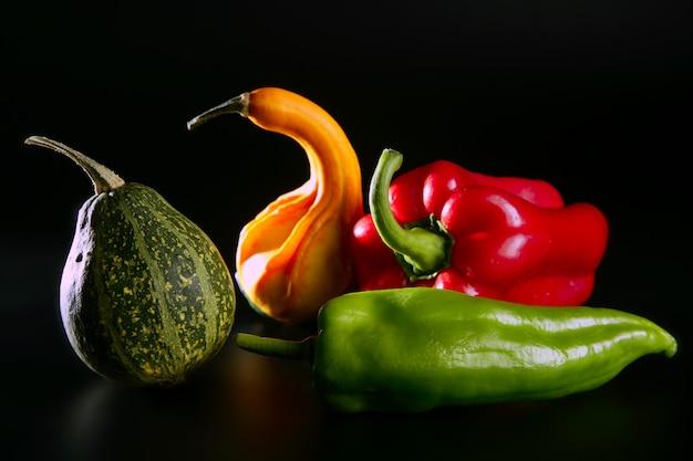 Legumes coloridos ainda em preto Foto Premium