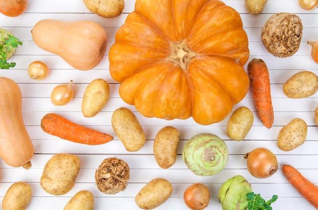 Legumes de outono em fundo branco Foto Premium