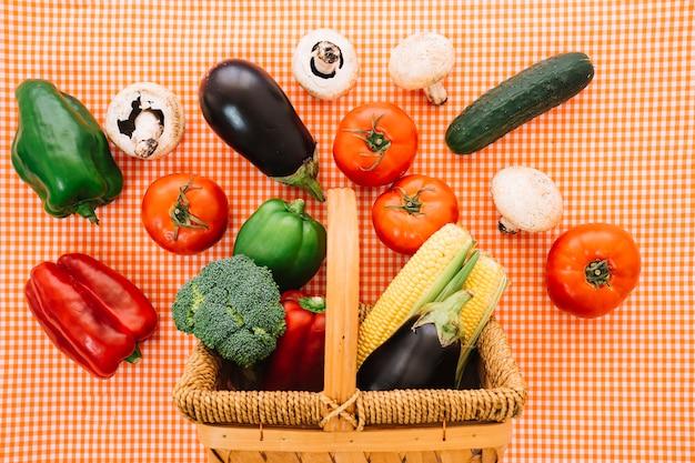 Legumes e cesta em pano Foto gratuita