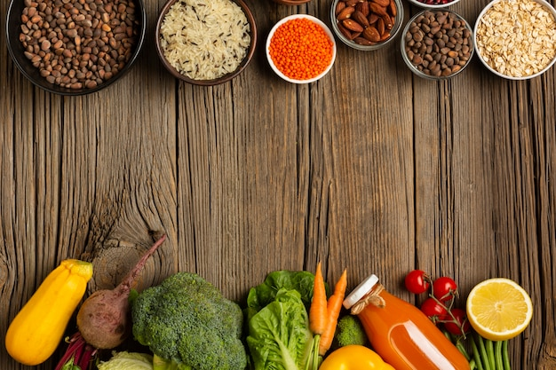 Legumes e especiarias na mesa de madeira Foto gratuita