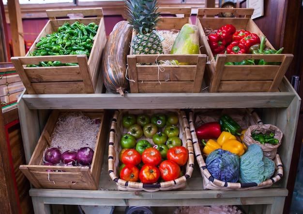 Legumes e frutas na caixa de madeira Foto Premium