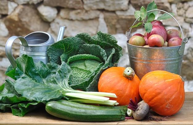 Legumes e frutas sazonais e rústicas Foto Premium