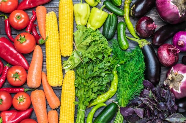 Legumes frescos classificados por cor de milho, cenoura, salada verde, coentro, pepino, manjericão, dill Foto Premium