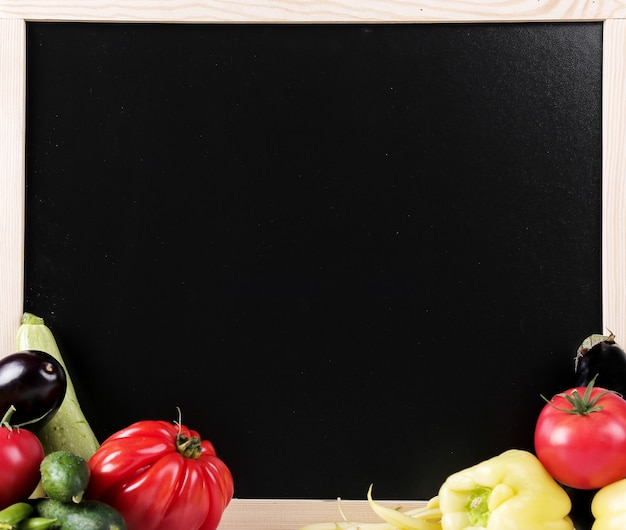 Legumes frescos com um quadro negro Foto gratuita