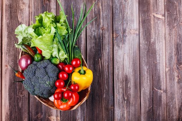 Legumes frescos e hortaliças, vida saudável e comida. brócolis, pimenta, tomate cereja, pimentão Foto gratuita