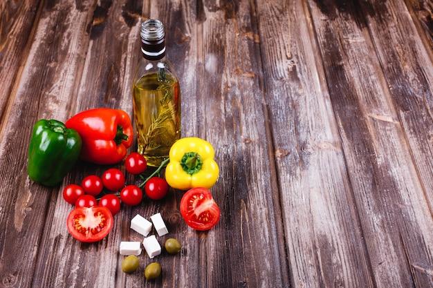 Legumes frescos e outros alimentos. preparativos para o jantar italiano. Foto gratuita