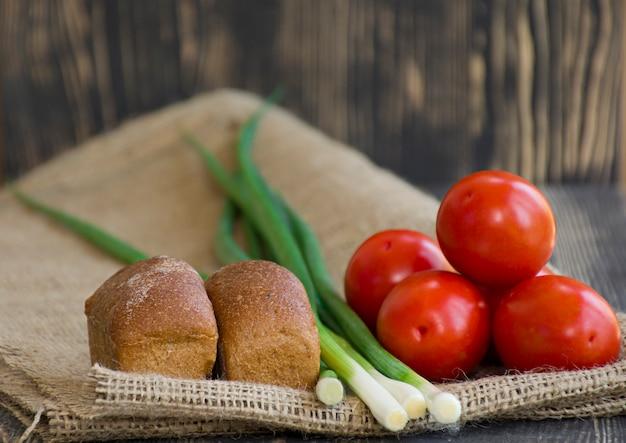 Legumes frescos e pão na serapilheira Foto Premium