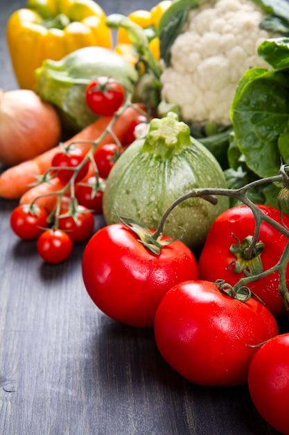 Legumes frescos em madeira Foto Premium