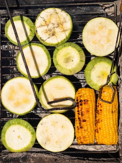 Legumes frescos grelhados apetitosos Foto gratuita