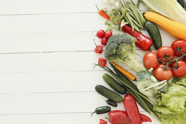 Legumes frescos na mesa de madeira Foto gratuita