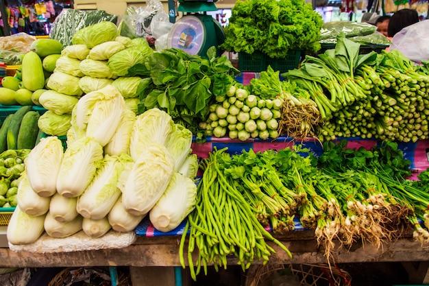 Legumes frescos no mercado de prateleira Foto Premium