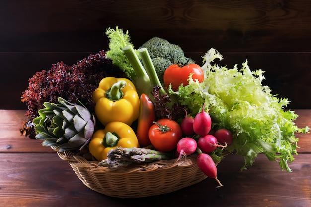 Legumes frescos orgânicos na cesta Foto Premium