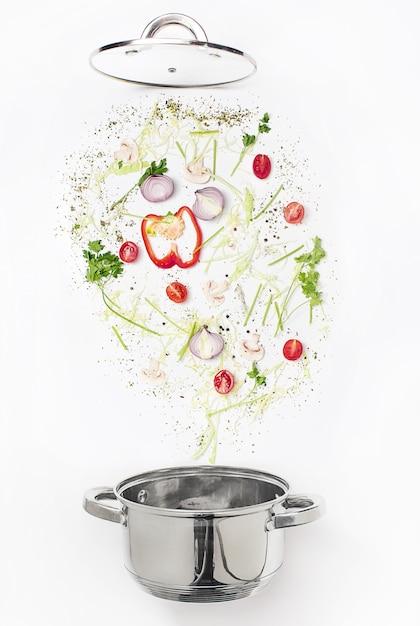 Legumes frescos variados, caindo em uma tigela Foto gratuita