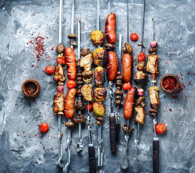Legumes grelhados, carne e salsicha Foto Premium