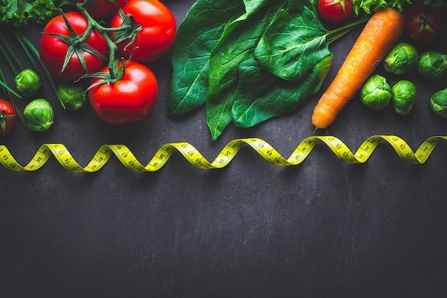 Legumes maduros para cozinhar salada fresca e pratos saudáveis. comida equilibrada e magra. conceito de dieta. fitness comendo e perdendo peso. copie o espaço Foto Premium