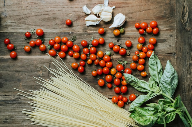Legumes orgânicos frescos e ingredientes em uma placa de corte Foto Premium