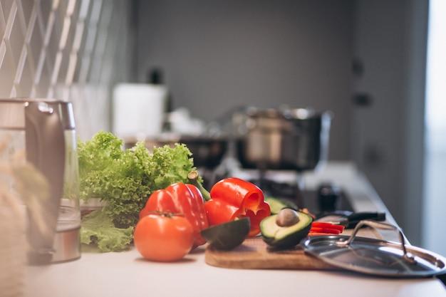 Legumes saudáveis na cozinha Foto gratuita