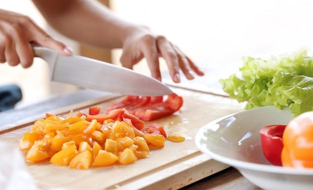 Legumes sendo cortados Foto gratuita