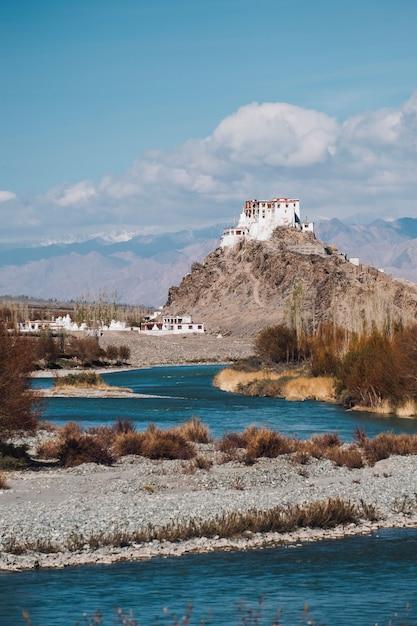Leh, templo, e, rio, em, leh, ladakh, índia Foto gratuita