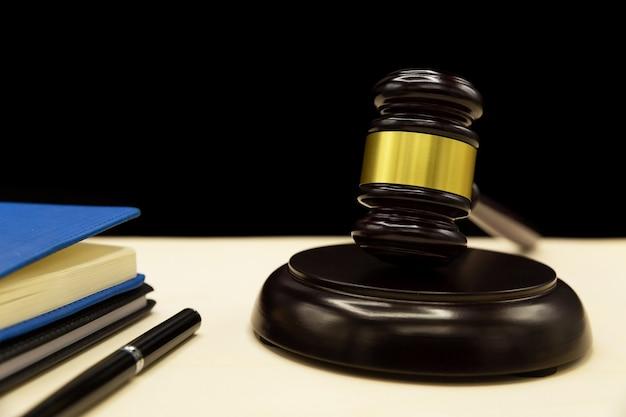 Lei de violência doméstica em uma mesa de madeira. Foto gratuita