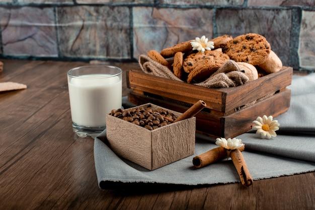 Leite, caixa de café e biscoitos em cima da mesa Foto gratuita
