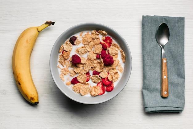 Leite com framboesas secas de musli e banana Foto gratuita