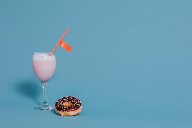Leite com morango e rosquinha Foto gratuita