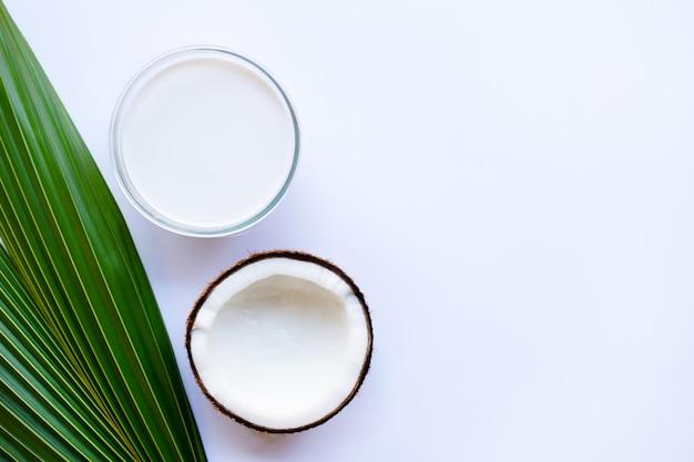 Leite de coco e coco em fundo branco Foto Premium