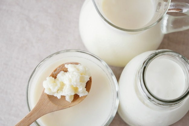leite de kefir de leite probiótico em recipientes de vidro Foto Premium