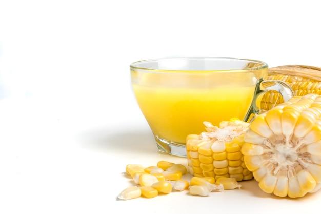 Leite de milho e milho doce fresco em um fundo branco. Foto Premium