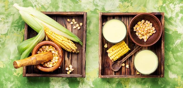 Leite de milho em vidro Foto Premium