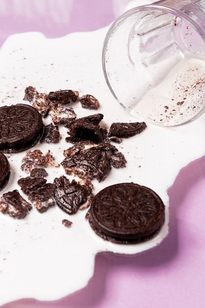 Leite derramado com biscoitos esmagados vista alta Foto gratuita