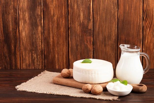 Leite e queijo na tábua de cortar Foto Premium